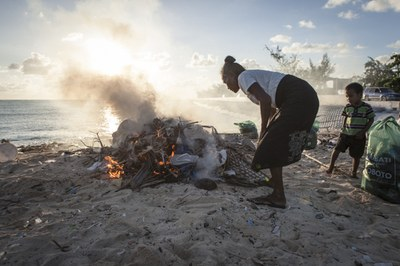 Müllverbrennung am Strand