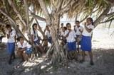 Schüler*innen unter Baum