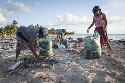 Frauen sammeln Müll am Strand