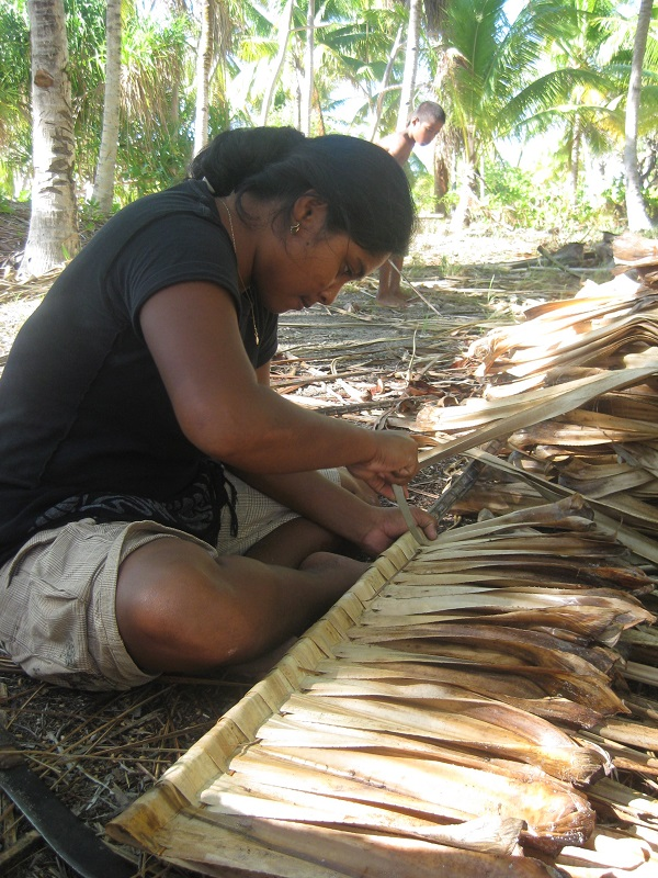 Weaving pandanus leaves for construction work
