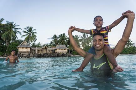 Mann mit Kind in Wasser